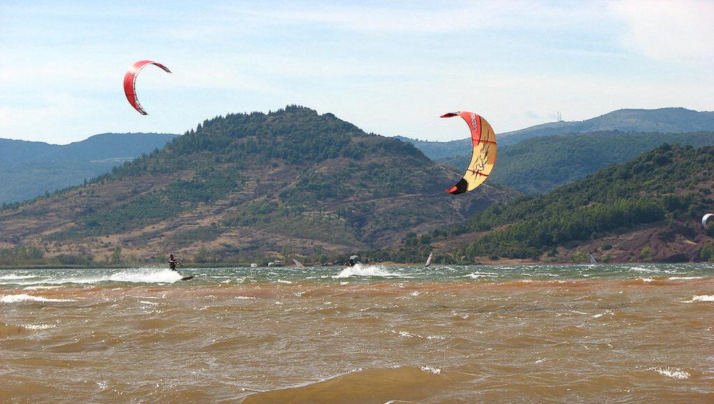 spot de kitesurf lac du salagou a clermont l herault zoomkite